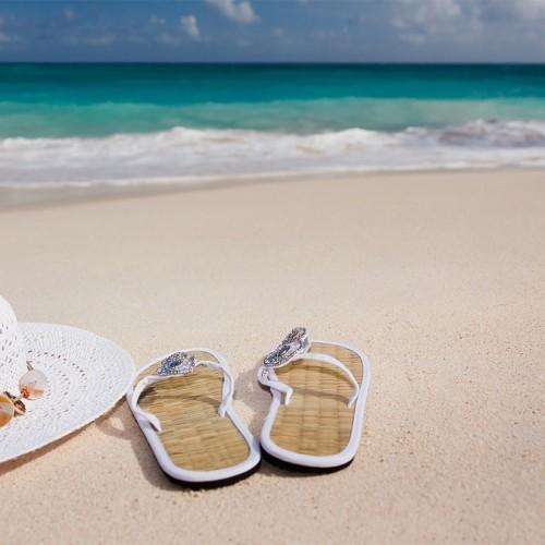 10 รองเท้าแตะชายหาด ทั้งผู้ชายและผู้หญิง ที่ใส่สบาย มีสไตล์ในวันชิลล์ ๆ